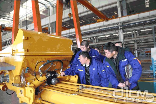 拿出徐工明星产品——V7系列泵车让学员练手