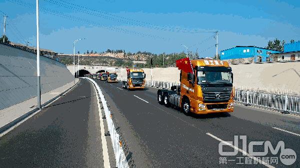 徐工汉风G7-ULT 430马力超轻版牵引车行驶在公路上