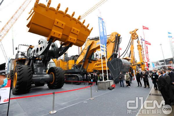 徐工超大型装载机和<a href=http://product.d1cm.com/wajueji/ target=_blank>挖掘机</a>