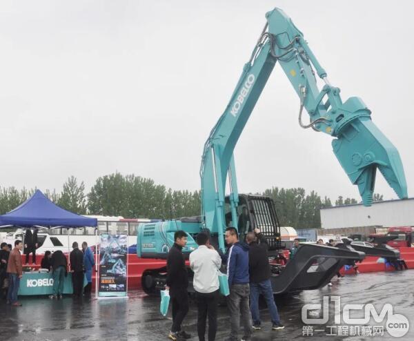 神钢全新SK210D-10汽车解体机展台亮相赛场,参赛选手纷纷上机体验。