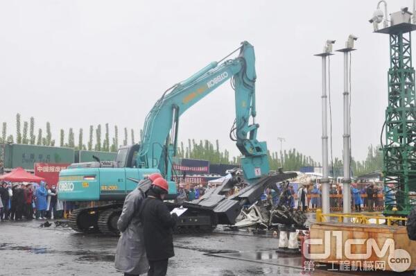 参赛选手操作神钢SK200-8多功能解体机进行比赛。