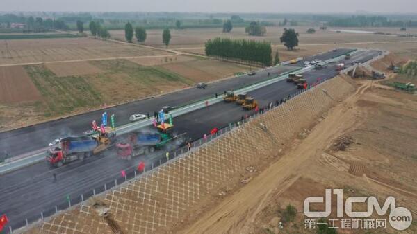 前方2台摊铺机联铺,7台无人驾驶压路机紧随其后