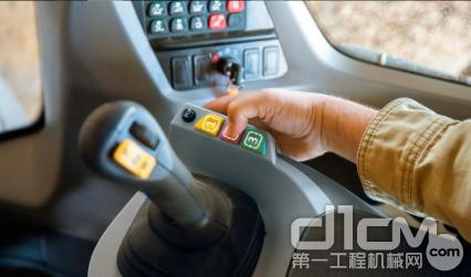 新的凯斯G系列增强功能的一个标志是右扶手上的三个新的彩色编码可配置按钮