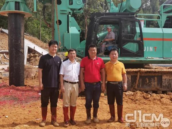 广汕铁路GSSG3标段桩基工程施工现场,周赞标(左3)和周伟途(左1)父子与上海金泰总经理黎隶万(左2)和上海金泰旋挖产品线副总经理王建忠(左4)合影留念