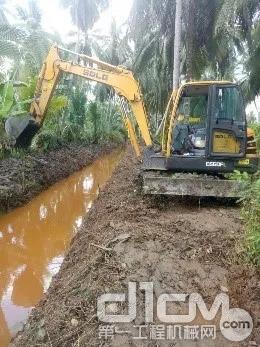 园林中,临工E660FL开沟挖渠