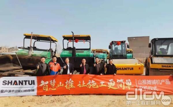 刘总旗下拥有多台山推路面设备