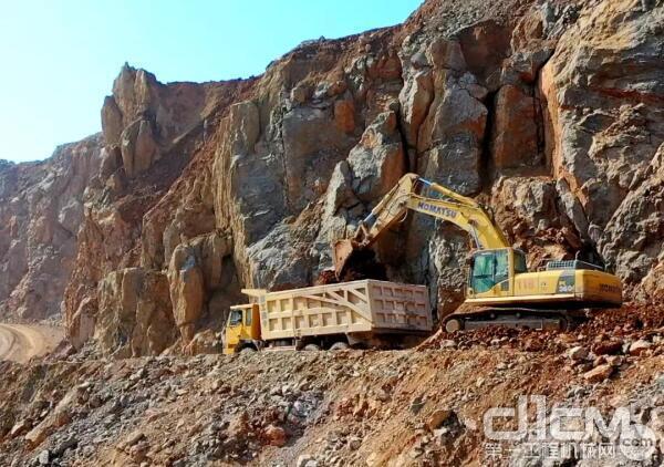 在成金石业石灰石矿区,小松PC360-7挖掘机正在紧张地开采作业