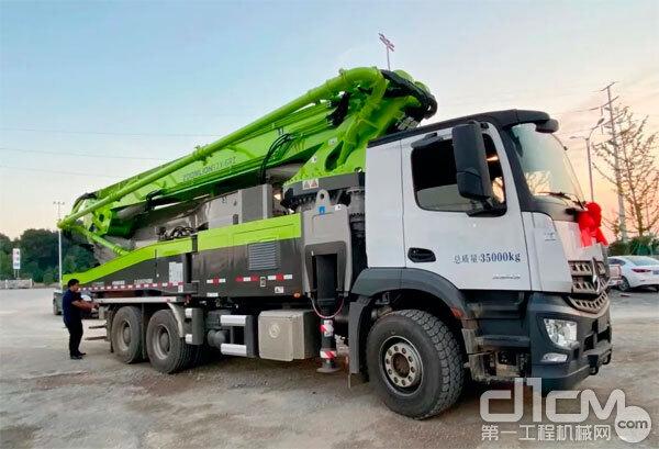 中联重科52米奔驰底盘泵车