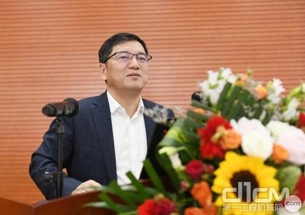 江苏师范大学副校长张农教授作《煤巷智能快掘的围岩控制问题与研究进展》主题报告