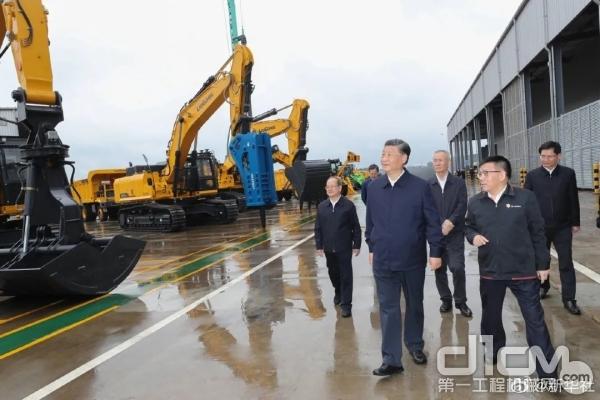 习近平在广西柳工集团有限公司察看挖掘机产品展示。新华社记者 鞠鹏 摄