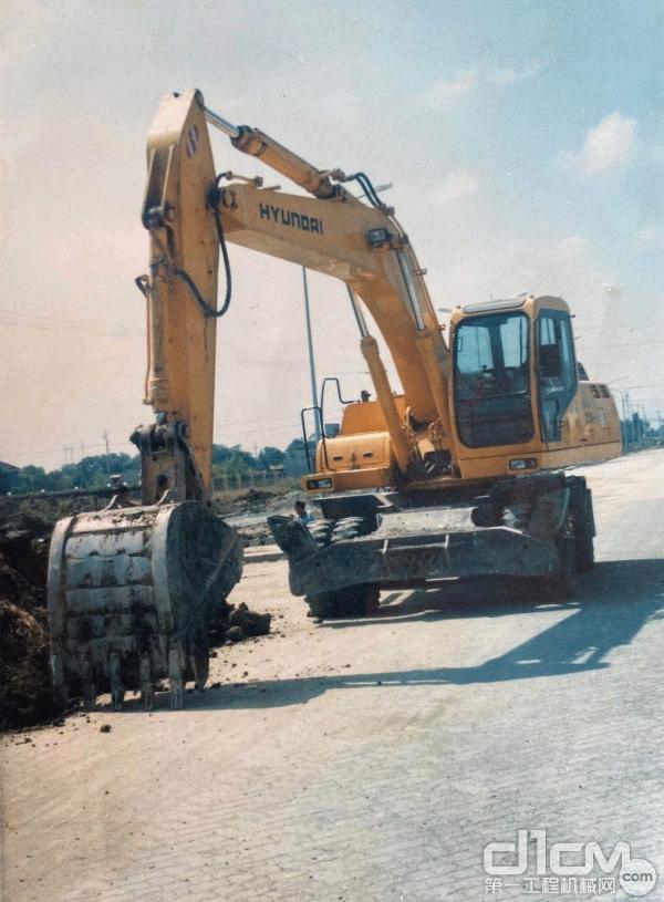 2002年余后清购买的第一台现代R200W-5<a href=http://product.d1cm.com/lunshiwajueji/ target=_blank>轮式挖掘机</a>