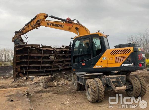 现代R150WVS挖掘机正在作业