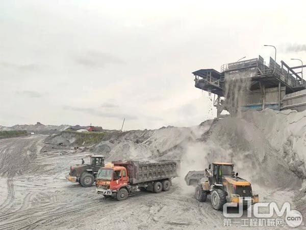宜昌某矿区2台柳工CLG850H正在施工