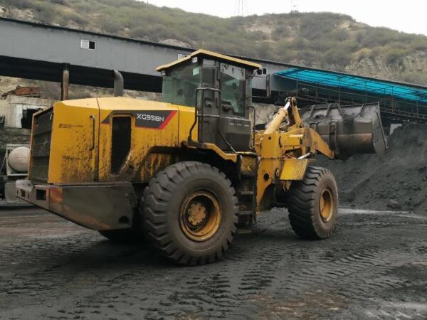 厦工XG958N铲车在外场装煤