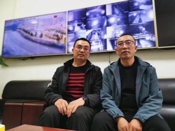 厦工售后服务杨经理(左)和场区生产科负责人杨科长(右)
