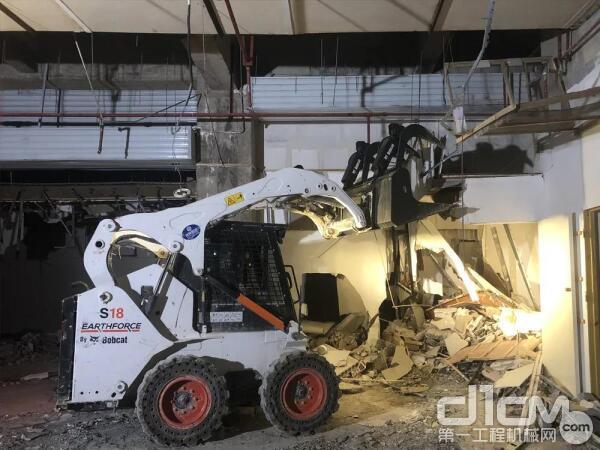 山猫滑移装载机还可以安装抓斗进行建筑物内拆作业