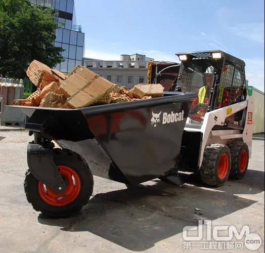 搭载运料翻斗的山猫滑移装载机变身小型运输车