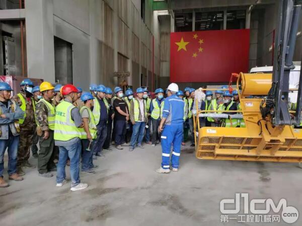 华北大区服务工程师张文杰现场进行高空作业平台安全操作讲解