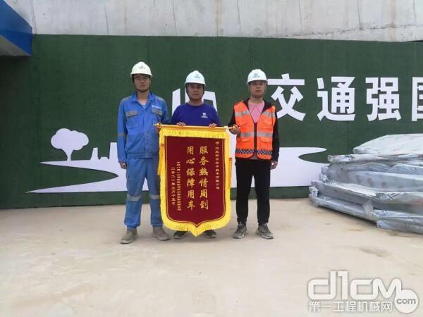 中建八局一公司装饰公司郑州南站项目部为众能联合送来锦旗