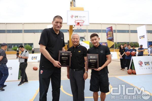 巴特尔(左一)、吕晓明(右一)和卡特彼勒全球副总裁陈其华(中)合影