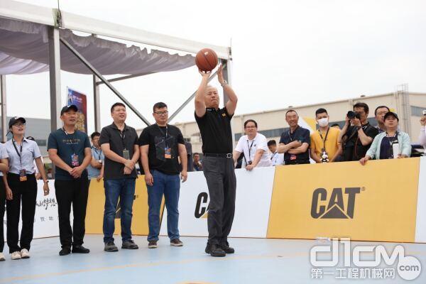 卡特彼勒全球副总裁陈其华在在投篮