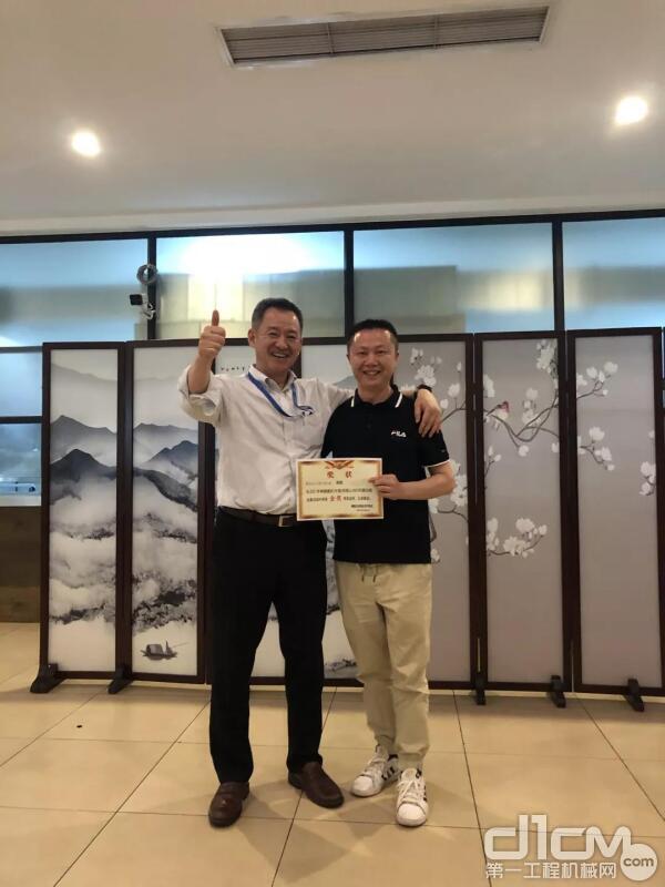神钢建机(中国)西岡总经理为获奖项目颁奖