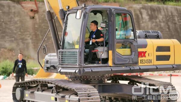 本次比赛指定用车徐工XE245DK MAX挖掘机