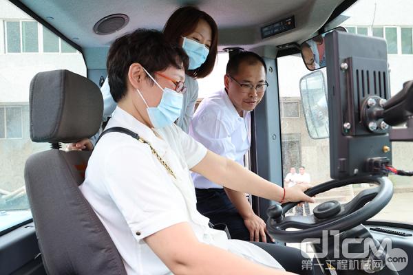 营销公司朱啸麒总经理陪同贾秘书长一行参观样机