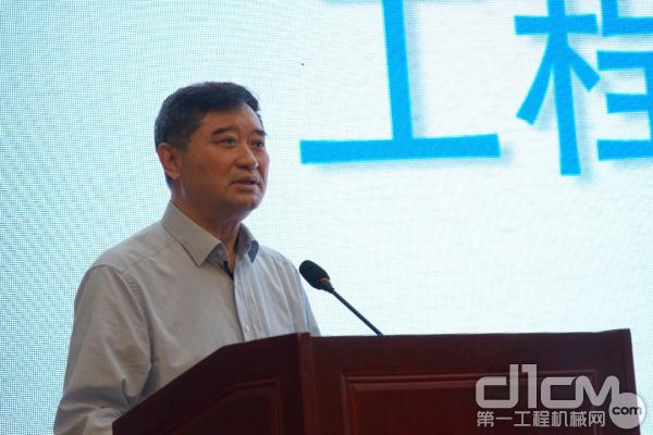 中国工程机械工业协会会长苏子孟发表《工程机械行业形式分析和展望》主题演讲