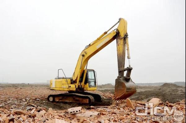 42000多工时的小松PC200-7挖掘机正在施工作业