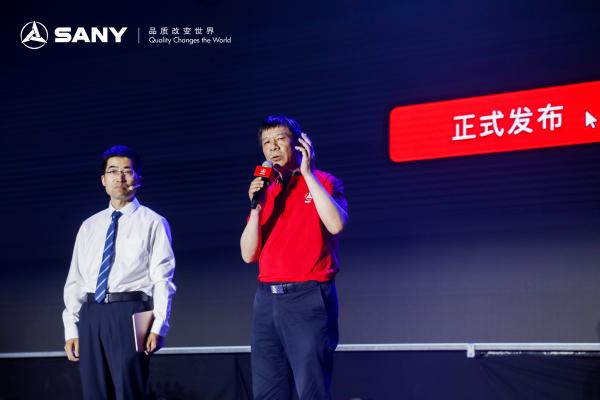 三一重机副总工程师兼大挖研究院院长曹东辉介绍智能挖掘机性能