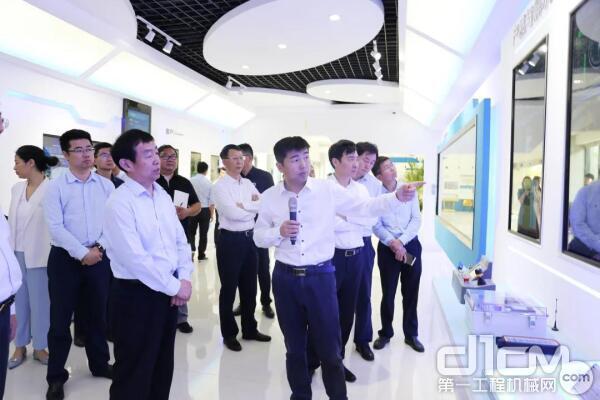 江苏省副省长齐家滨来徐州调研重点企业和科研平台
