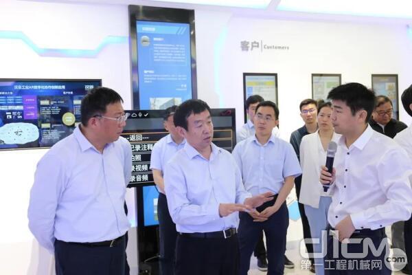 齐家滨充分肯定了徐工汉云在数字化车间、智能化生产、标识解析等领域的成绩
