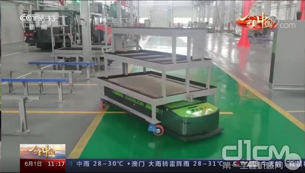 中联重科白俄罗斯基地生产车间里的物料配送机器人