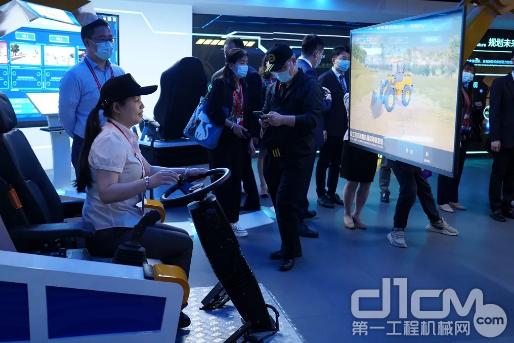 各国使节还通过虚拟仿真系统亲身体验了徐工设备的良好操控性能