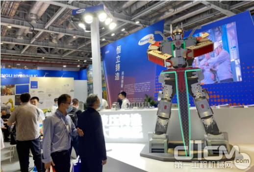 霸气耸立的铸件元素机器人,吸引了无数观众的目光