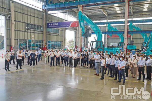 全国战略性新兴产业集群建设考察团考察挖掘机生产车间