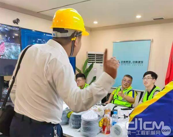 6月1日凌晨一点,三一设备保障组组长杨科与客户沟通项目服务保障工作