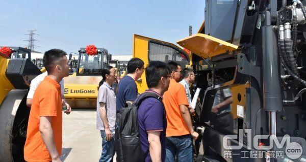 大批量全系列路面设备交付央企大客户