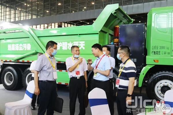 河南省工信厅装备工业处处长卢钦华莅临指导,对徐工参展的新能源自卸式渣土车给予高度认可