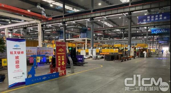杭叉集团厂区内繁忙的工作景象