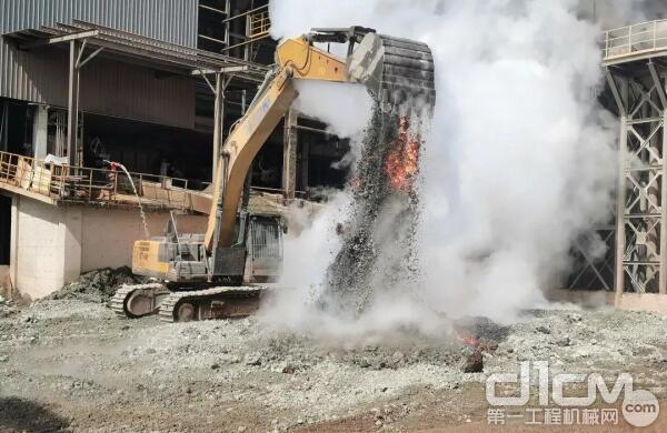 徐工挖掘机在近两千度高温的铸造炉前施工