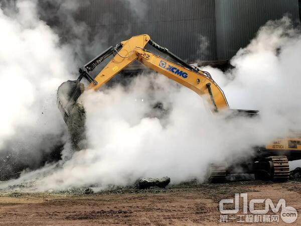 徐工挖掘机在搅拌渣池