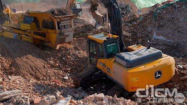约翰迪尔E240LC挖掘机正在为移动破碎站上料