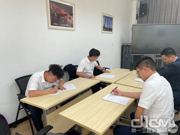 培训学员结业考试中