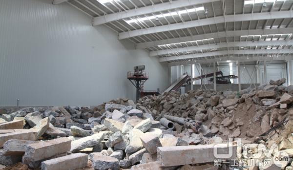建筑垃圾中的砖块、混凝土块被加工成再生骨料