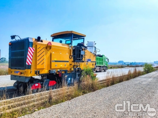 徐工XM200KⅡ铣刨机高速公路施工