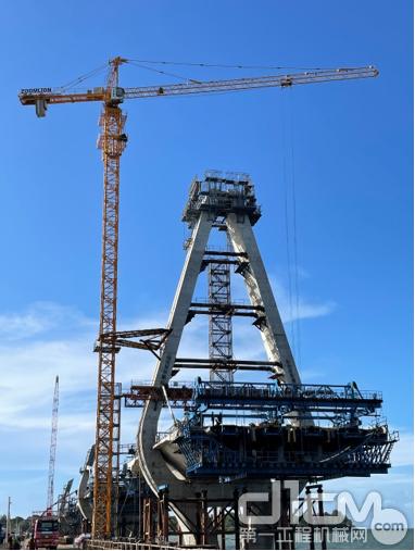 中联重科塔机助建坦桑尼亚新塞兰德大桥
