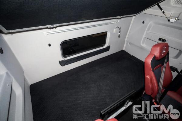 驾驶室生活区宽敞舒适,标配1100mm下卧铺和800mm上卧铺