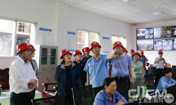 中钢协副会长、秘书长屈秀丽莅临凤宝特钢集团调研指导工作